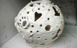 Bijela keramička kugla s mačjim motivima